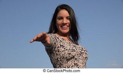 femme heureuse, jeune, danse