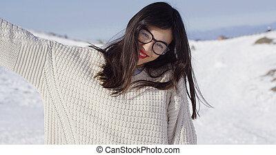 femme heureuse, jeune, paysage, neigeux