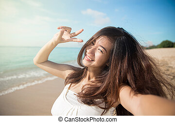 femme heureuse, jeune, photos, signe, appareil photo, victoire, sourire, main, asiatique, geste, prendre