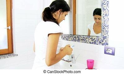 femme heureuse, lavage, dents