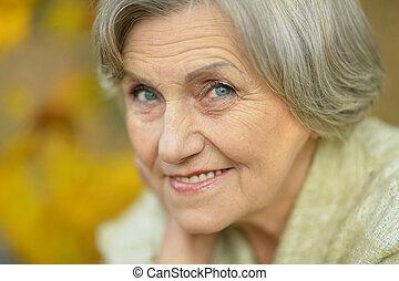 femme heureuse, personne agee