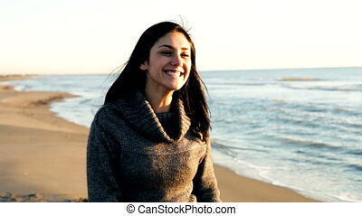 femme heureuse, plage, danse
