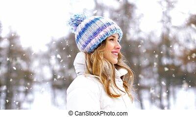 femme heureuse, portrait, dehors, sourire, hiver