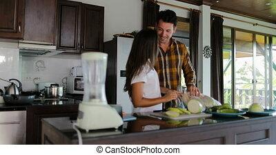 femme heureuse, préparer, sain, couple, cuisine, ensemble, dîner, embrasser, homme souriant, cuisine