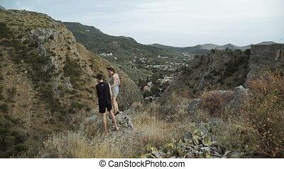 femme heureuse, randonée couple, bras, applaudissement, courant, nature., outdoors., homme, excité, élévation, célébration