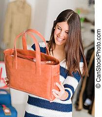 femme heureuse, regarder, sac main