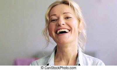 femme heureuse, rire, figure