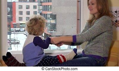 femme heureuse, séance, neige, nounou, automne, girl, enfantqui commence à marcher, jouer, fenêtre.