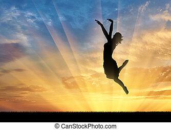femme heureuse, sauter, à, coucher soleil