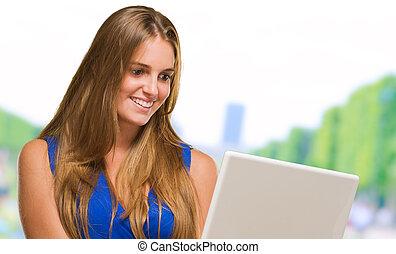femme heureuse, tenue, ordinateur portable