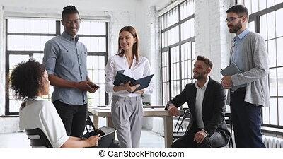 femme, heureux, équipe, business, multiracial, parler,...
