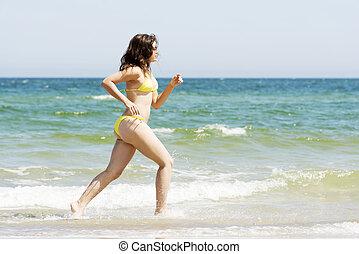 femme, heureux, courant, plage