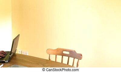 femme, heureux, elle, regarder, ordinateur portable