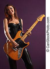 femme, heureux, guitariste