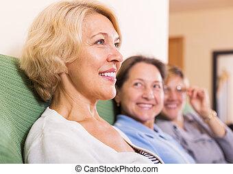 femme, heureux, retraités, maison