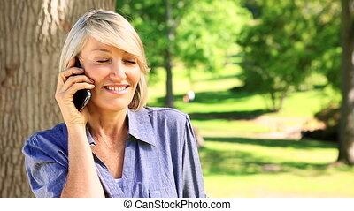 femme, heureux, téléphone, bavarder, elle