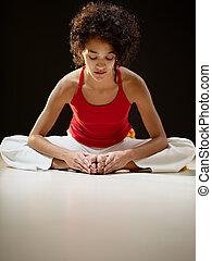 femme hispanique, yoga, étirage