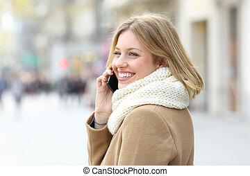 femme, hiver, conversation, téléphone, trottoir, heureux