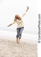 femme, hiver, courir long, vacances, plage, personne agee