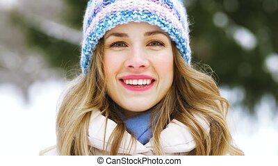 femme, hiver, dehors, portrait, sourire heureux