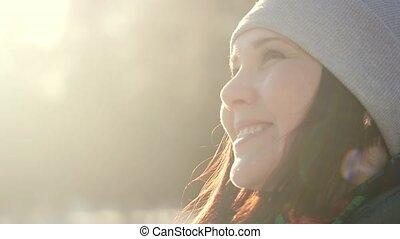 femme, hiver, jeune, charmer, regarder, appareil photo, portrait