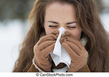 femme, hiver, jeune, soufflant nez, dehors