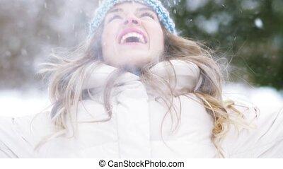 femme, hiver, lancement, jeune, neige, forêt, heureux