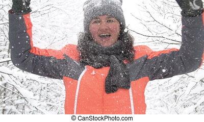 femme, hiver, lancer haut, neige, parc, amusement, avoir, heureux