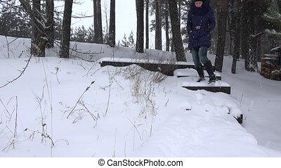 femme, hiver, neige, promenade, bas, park., couvert, escalier