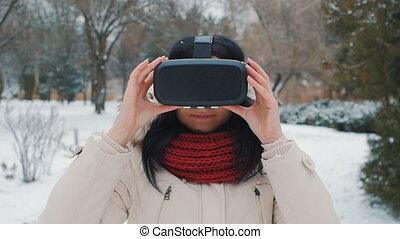 femme, hiver, obtenir, parc, jeune, expérience, extérieur, utilisation, vr-headset