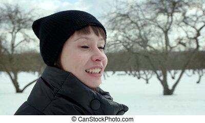 femme, hiver, parc, jeune, conversation, appareil photo