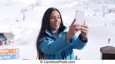 femme, hiver, prendre, jeune, sourire, selfie