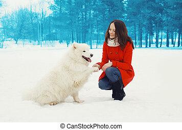 femme, hiver, samoyed, parc, chien, propriétaire, dehors, amusement, blanc, avoir, heureux