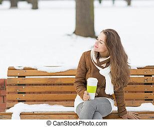 femme, hiver, tasse, jeune, boisson chaude, apprécier, heureux