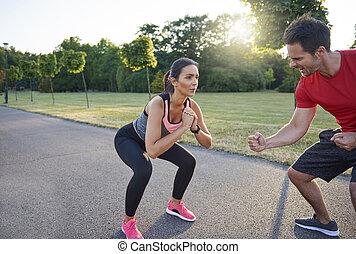 femme, homme, dur, séance entraînement, pendant, motivates