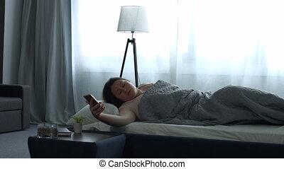 femme, horloge, mobile, reveil, haut, réveiller, adulte