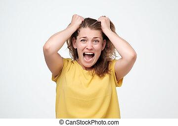 femme, hurlement, mur, frustré, isolé, choqué, cheveux gris, arrière-plan., traction, portrait, accentué, closeup, crier, dehors