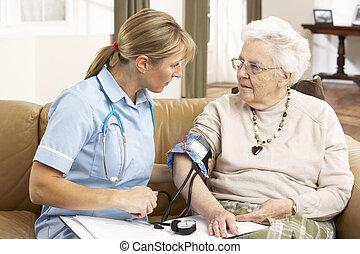 femme, ihaving, visiteur, pression, santé, sanguine, pris, maison, personne agee