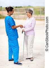 femme, infirmière, conversation, personne agee