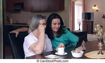 femme, infirmière, et, femme aînée, utilisation, pc tablette, à, clinique