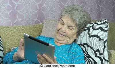 femme, informatique, personnes agées, tablette