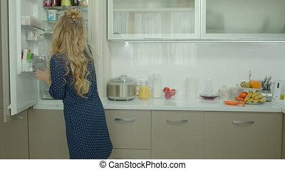 femme, ingrédients, nourriture, prendre, frigidaire, désinvolte, dehors