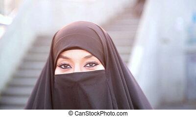femme, istanbul, steadycam, habillé, marche, -, chador, noir, headscarf
