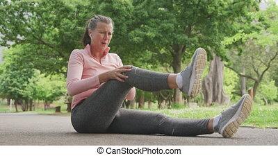 femme, jambe, parc, personne agee, tenue, douleur, elle