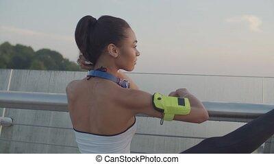femme, jambes, étirage, point jour, joggeur, flexible