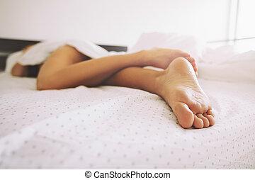 femme, jambes, jeune, lit, dormir