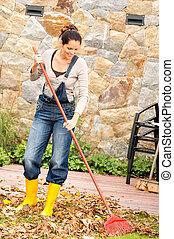 femme, jardin, feuilles, ménage, automne, balayage, sourire