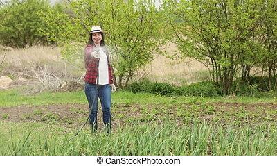 femme, jardinier, arrosage, jardin
