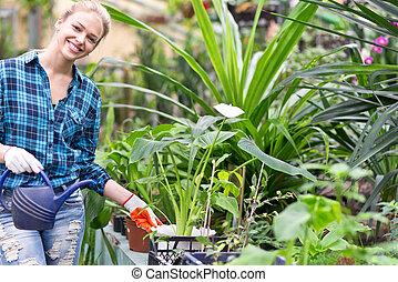 femme, jardinier, heureux