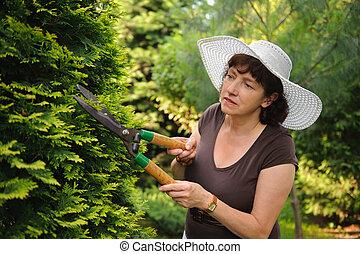 femme, jardinier, tondeuse